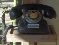 駐車場入口の黒電話